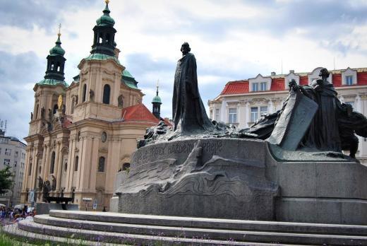 Pomník mistra Jana Husa s Chrámem sv. Mikuláše v pozadí