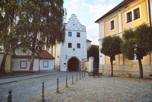 Svinenská brána, původně zvaná Tmavá - než získala světlou výmalbu
