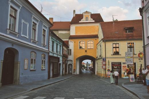 Hradecká brána byla postavena v letech 1525 – 1527, její původní jméno bylo Brána Dlouhého mostu