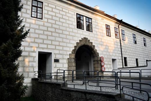 Budějovická brána - pochází z počátku 17. století, její dnešní podoba je ale výsledkem přestavby z roku 1824