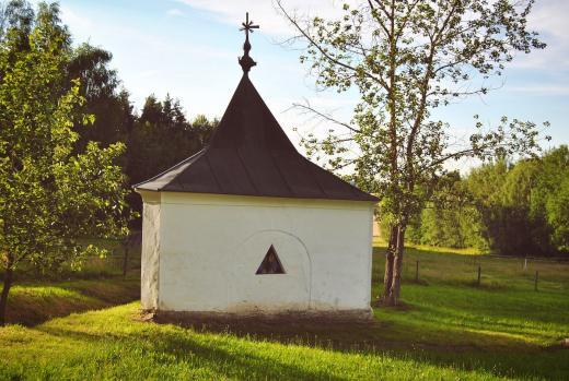 Pozoruhodná trojboká kaple skrývá pramen vody, jíž bývala tradičně připisována léčivá moc, především proti očním neduhům