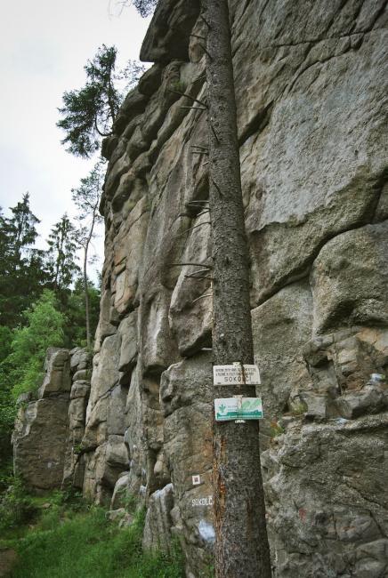 Nejkratší přístup ke zřícenině je po červené značce od Soběnovské přehrady na Černé (cca 1 km)