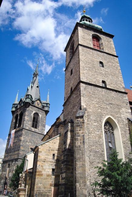 Kostel svatého Jindřicha a Kunhuty v pozadí s přilehlou zvonicí Jindřišská věž