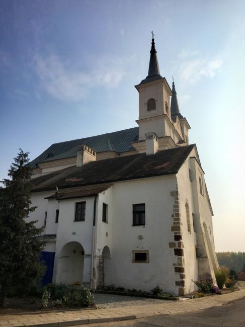 Kostel Nejsvětější Trojice a fara v Drnholci