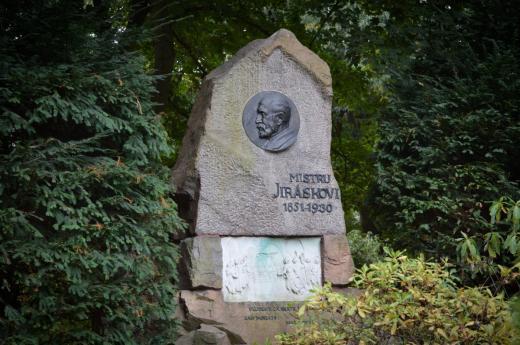 Památník s podobiznou Aloise Jiráska z roku 1931