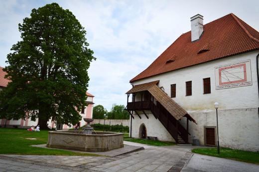 Na budově děkanství v klášteře Milevsko se nacházejí barokní hodiny z počátku 18. století