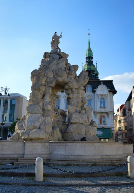 Dominantou náměstí je kašna Parnas z konce 17. století