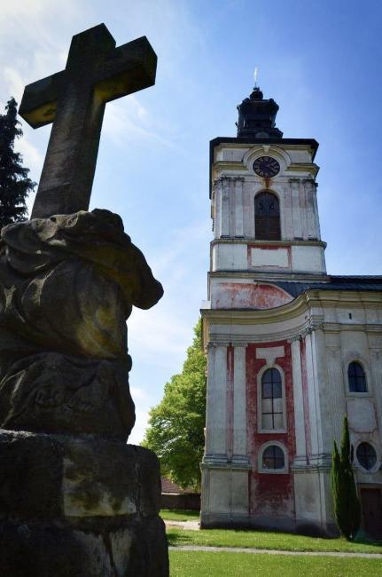 Kostel sv. Petra a Pavla stojící poblíž zámku