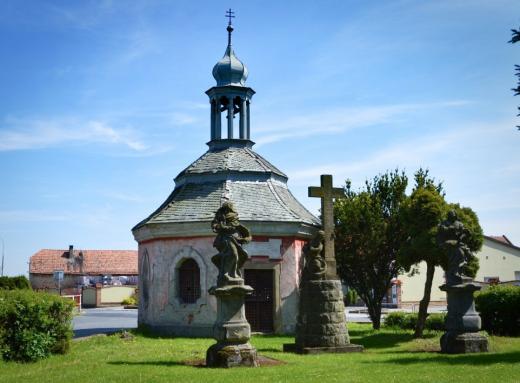 Kaple Bezno stojící poblíž zámku