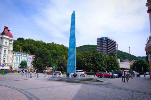 Pohled od Smetanových sadů směrem k budově pošty a obelisku