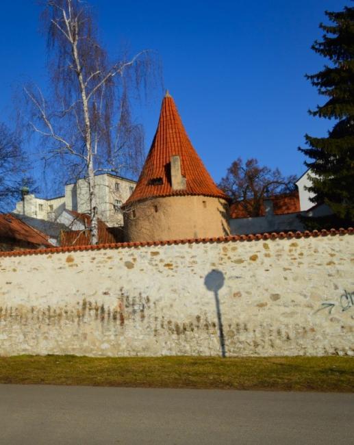 Otakarova bašta ze 13. století se nachází v Biskupské zahradě. V minulosti patřila mezi obranné věže městských hradeb