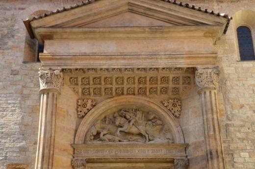 Bazilika svatého Jiří - Detail motivu svatého Jiří nad portálem