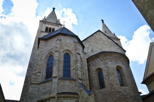 Bazilika sv. Jiří - románská jižní fasáda a jižní věže