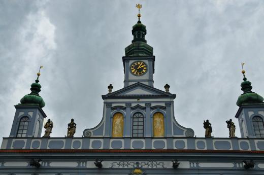 Na atice radnice jsou repliky soch měšťanských ctností v nadživotní velikosti: Moudrost, Opatrnost, Statečnost a Spravedlnost.