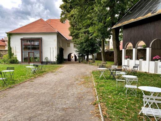Dvorek a altán rodného domu Josefa Hoffmanna