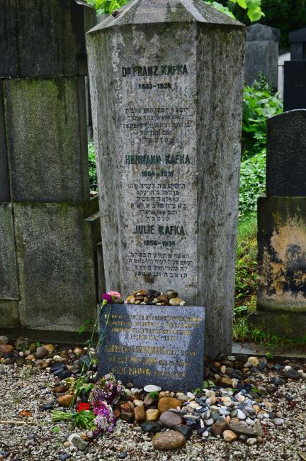 Hrob spisovatele Franze Kafky a jeho rodičů
