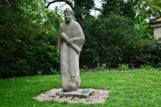 Karlachovy sady - socha probošta Karlacha (sochař Pavel Malovaný)