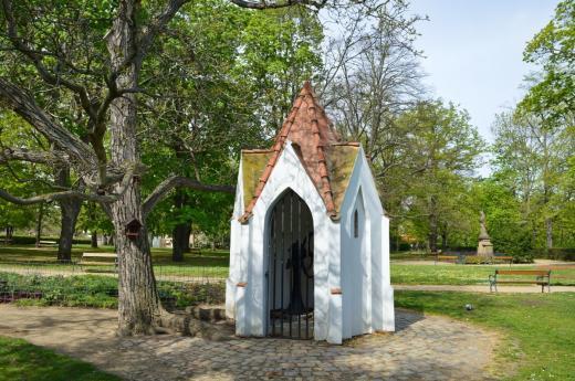 Karlachovy sady - studna v podobě novogotické kapličky