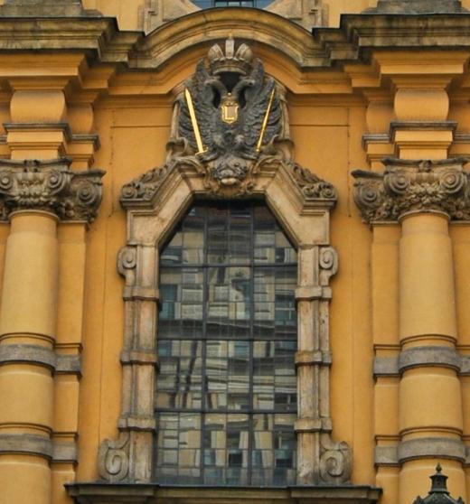 Nad vchodem kostela je reliéf s habsburským císařským orlem a iniciálou císaře Leopolda I., který se osobně zúčastnil svěcení základního kamene stavby