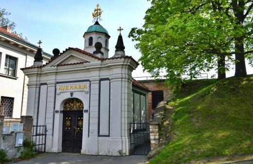 Kostelík Stětí sv. Jana Křtitele je schovaný za kaplí Panny Marie Šancovské