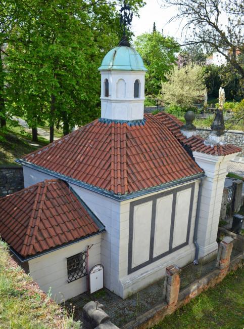 Kostelík Stětí sv. Jana Křtitele je schovaný v pevnostní zdi za kaplí Panny Marie Šancovské
