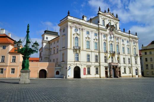 Litinový kandelábr pouličního osvětlení a Arcibiskupský palác na Hradčanském náměstí