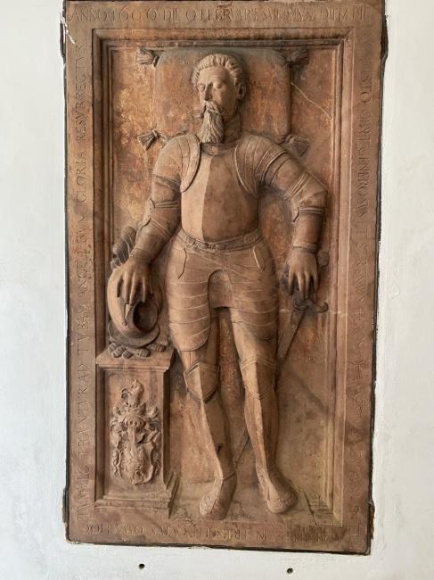 Náhrobek neznámého rytíře na kostele svaté Kateřiny Sienské v Třešti