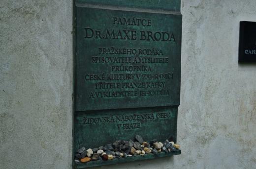 Pamětní deska Kafkova přítele a významného propagátora jeho díla Maxe Broda