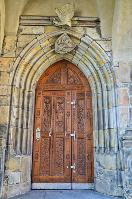 Portál se znakem českého království na Svatovítské katedrále
