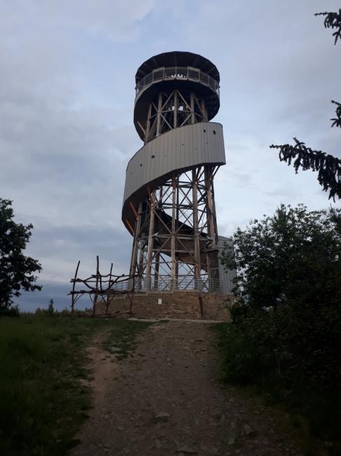 Pohled na rozhlednu na Velkém Kosíři z turistické stezky vedoucí od západu