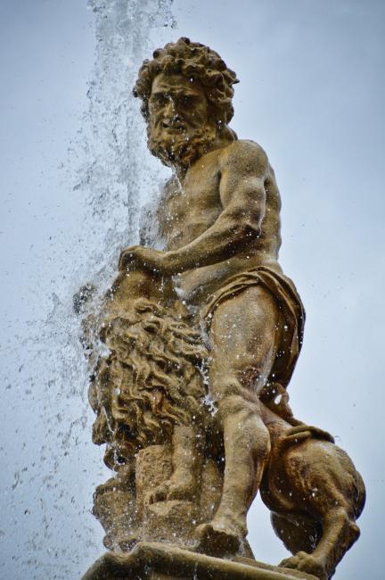 Samsonova kašna - socha Samsona zápasícího se lvem