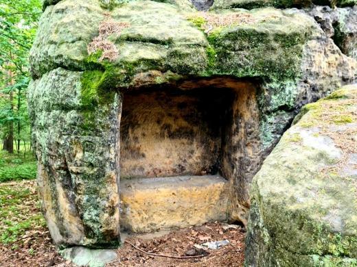 Skalní reliéfy a jeskyně Harfenice