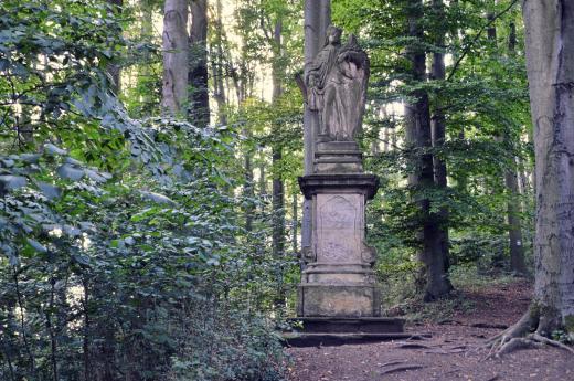 Socha sv. Ludmily v sousedství hradu Houska. Pravděpodobně vztyčena v roce 1758