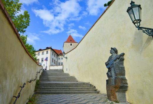 Staré zámecké schody - Socha Karla Hašlera od Stanislava Hanzíka
