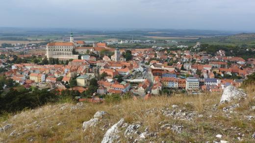 Výhled na Mikulov z vrchu Svatý kopeček