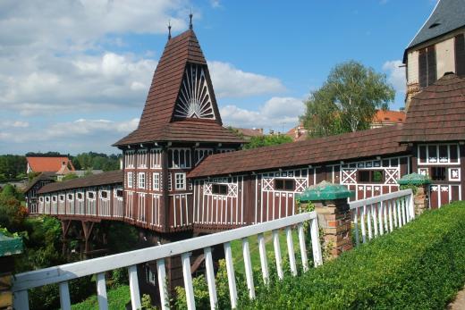 Zámek Nové Město nad Metují - zámecká zahrada a dřevěná lávka od Dušana Jurkoviče